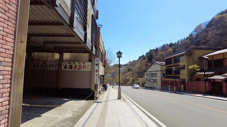 駐車場から神橋に向かって歩いて行く