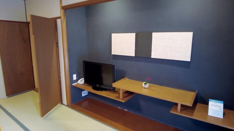 床の間にテレビ