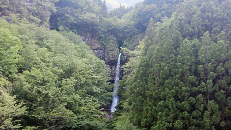 車で家路に向かう途中 大瀧の滝 おおたびのたき に立ち寄った
