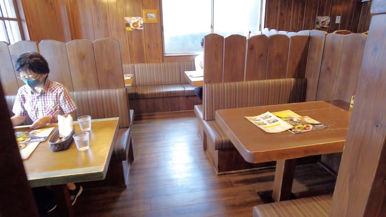 店内にはテーブル席が並ぶ