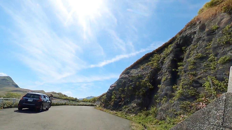 この道は正式名称は町道瓶ケ森線 けんどうかめがもりせん といい 標高1300mの尾根伝いを走る景観が美しい道だ