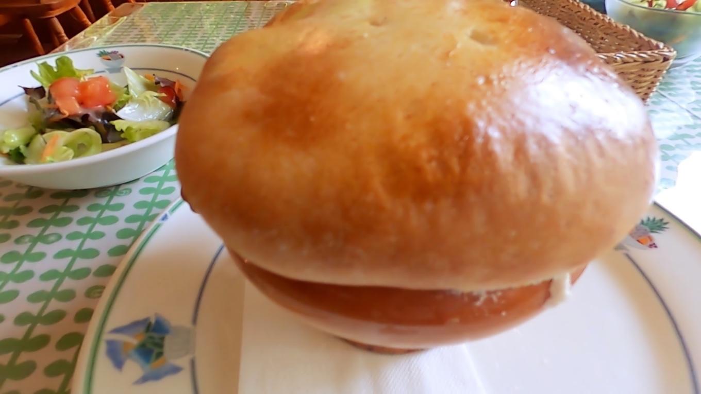 まずスープのパン包み焼きとサラダ