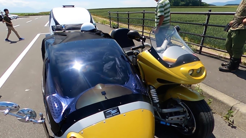 サイドカーに宿泊用トレーラーを牽引した大型バイクだ