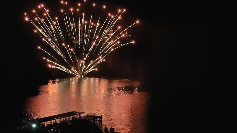 湖上に船が出て そこから花火が打ち上げられる