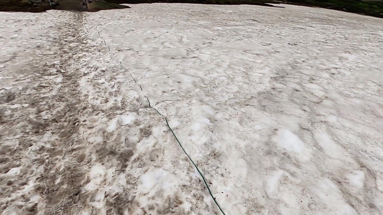 雪渓を横断する