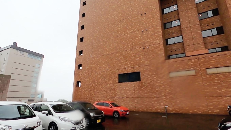 駐車場はホテルのすぐ横にある