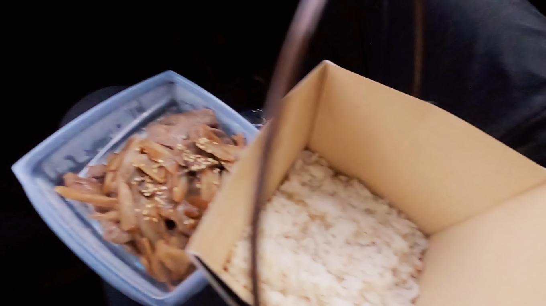 車に戻り 車内で買ってきた弁当を開封