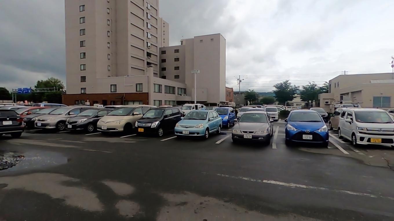 駐車場はとても広いが かなり混み合っている