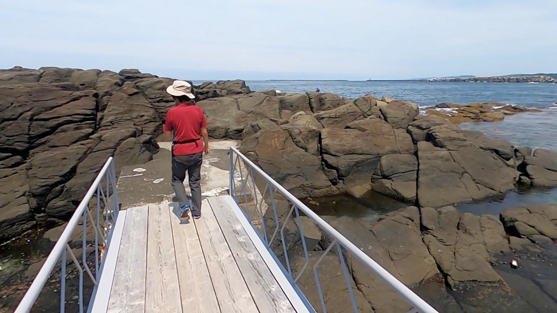 橋が架かっていて 岩礁に渡ることができる