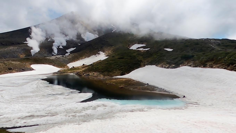 湖面は大部分がまだ凍結中