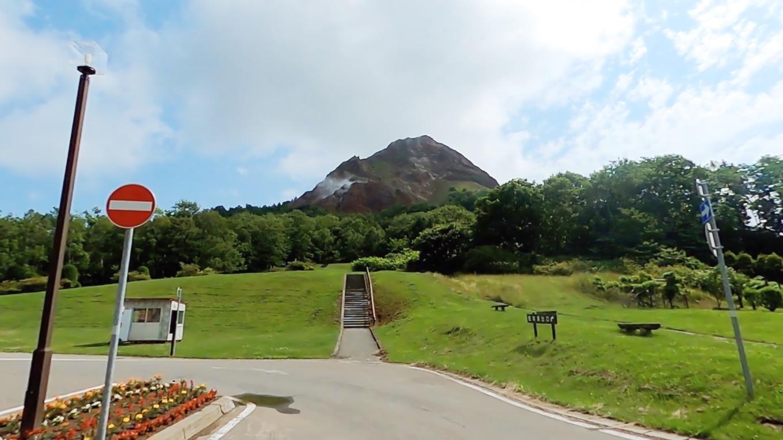 すぐ目の前に 昭和新山がそそり立つ