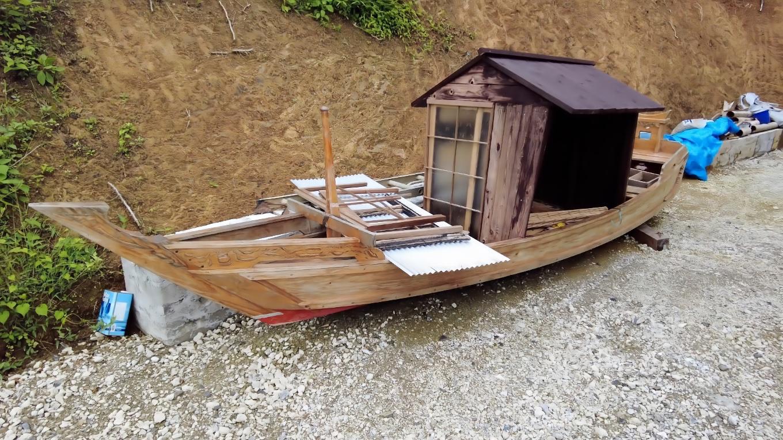なぜか川船がある