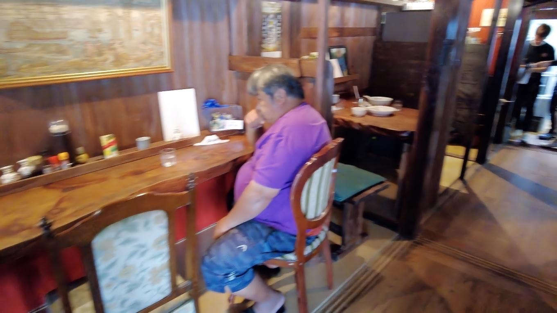 入って左側にはカウンター席とテーブル席