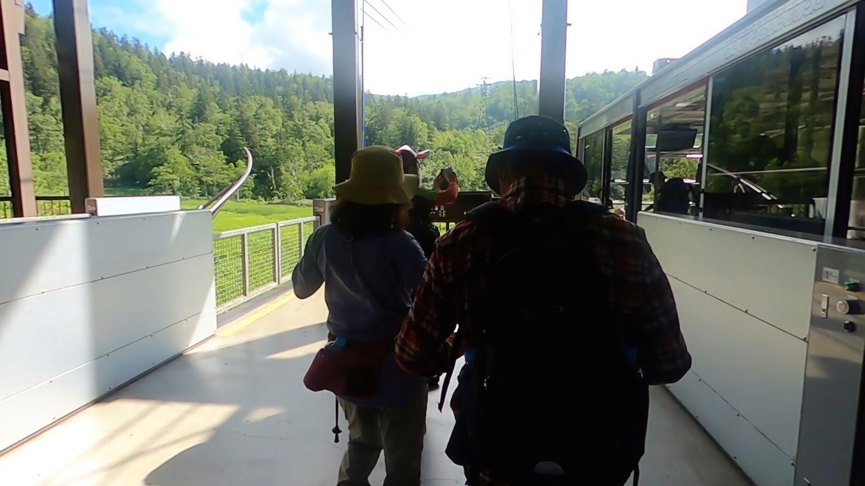 旭岳ロープウェイは 標高1 100mの旭岳温泉から旭岳の五合目にあたる標高1 600mまでを約10分で結んでいる