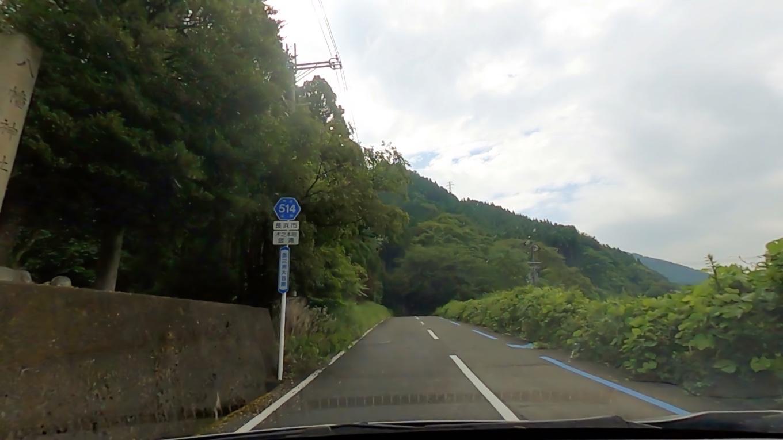 リフト乗り場に向かって山道を進む