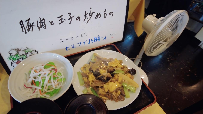 日替わりランチは豚肉と卵の炒め物でコーヒー付き