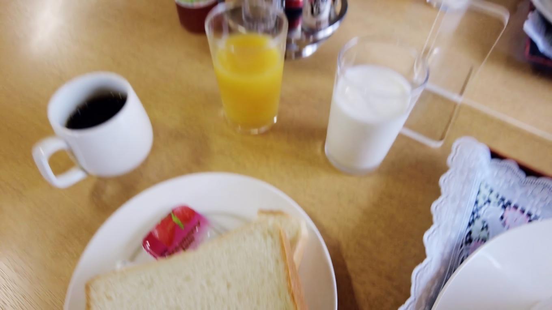飲み物とパンはセルフサービス