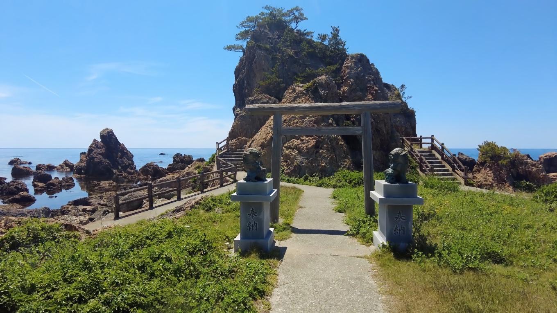 岬の方に歩いて行くと 鳥居が建っている