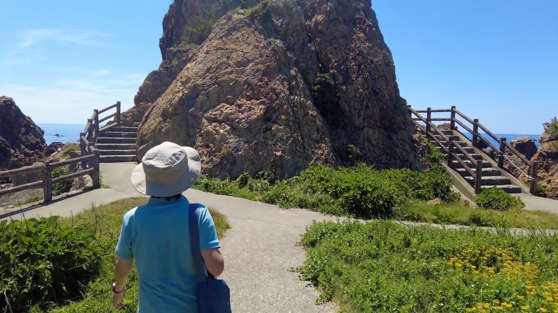 岩をぐるりと一周するように 遊歩道が整備されている