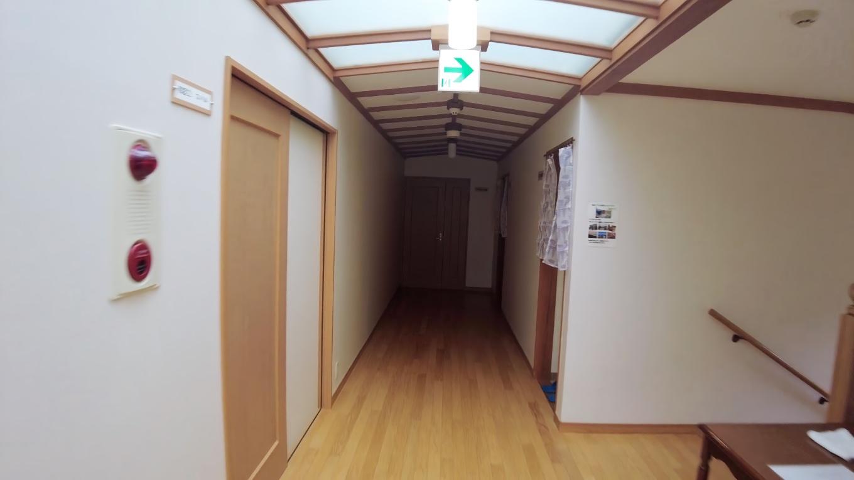 トイレは階段を挟んで反対側にある