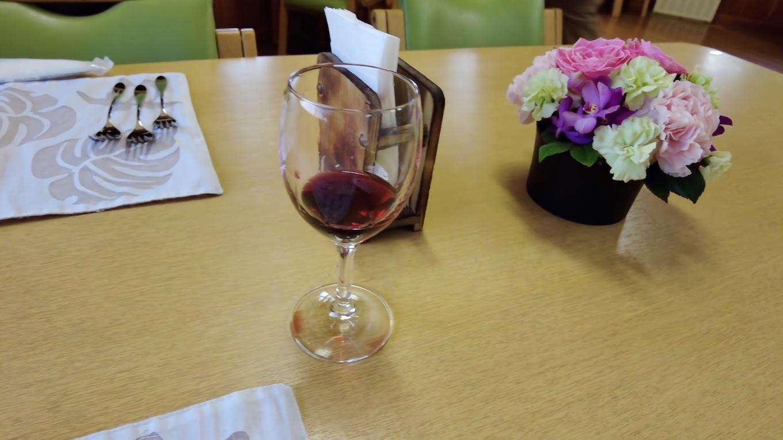 ワイングラスを倒すという 大チョンボ 大汗