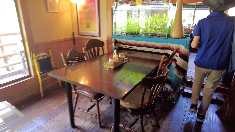 多種多様なテーブル席が並ぶ