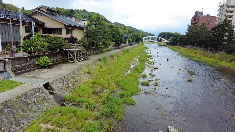 浅野川沿いに遊歩道が整備されている