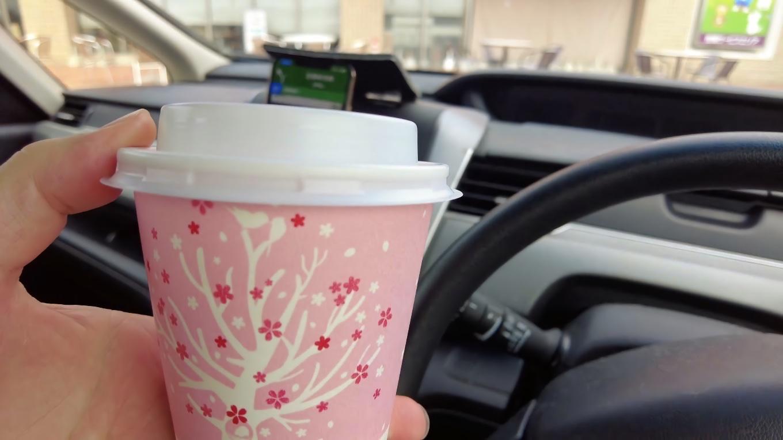 自動販売機でホットコーヒーを買い 車内で飲む