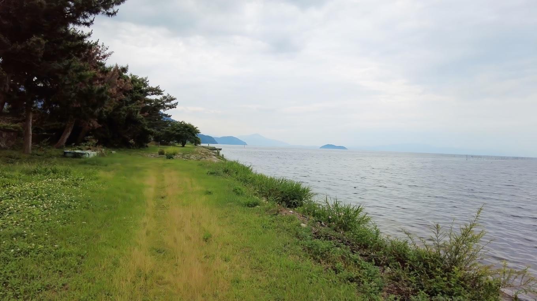 琵琶湖の向こうに見えているのは 日本百名山の伊吹山のようだ