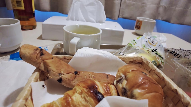 旅籠屋は朝食サービスがあって 新型コロナウイルスのせいでラウンジからパンやコーヒーを部屋に持ってくる形式になっている