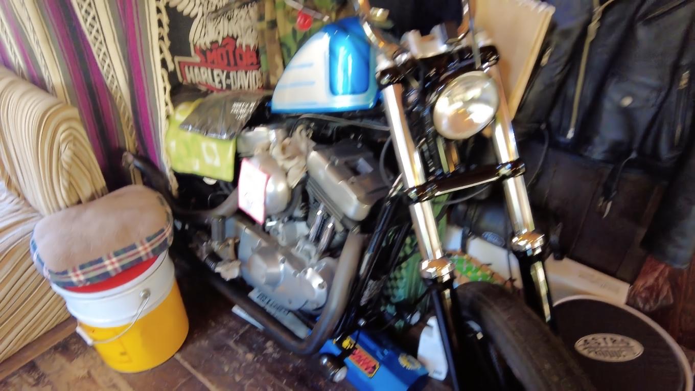 店内にバイクが置かれている