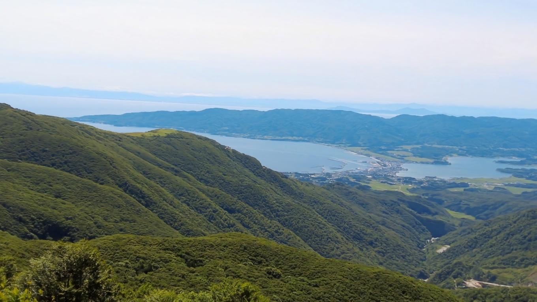 ここから佐渡島の先に粟島 さらにその先に本土の弥彦山が見える