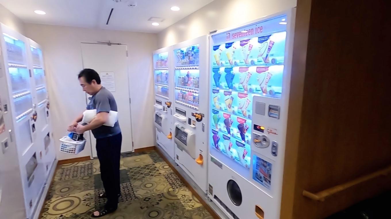自動販売機が並ぶ
