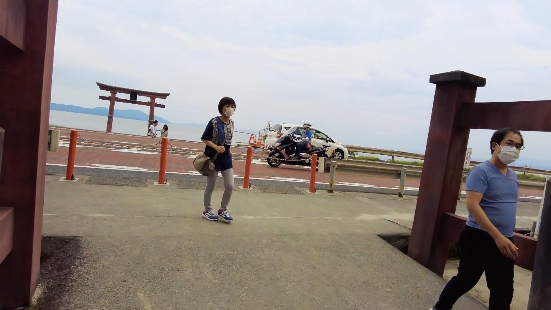 フォトジェニックな琵琶湖中に建つ鳥居を撮影したいが 国道161号線の交通量が多すぎて横断できない 汗
