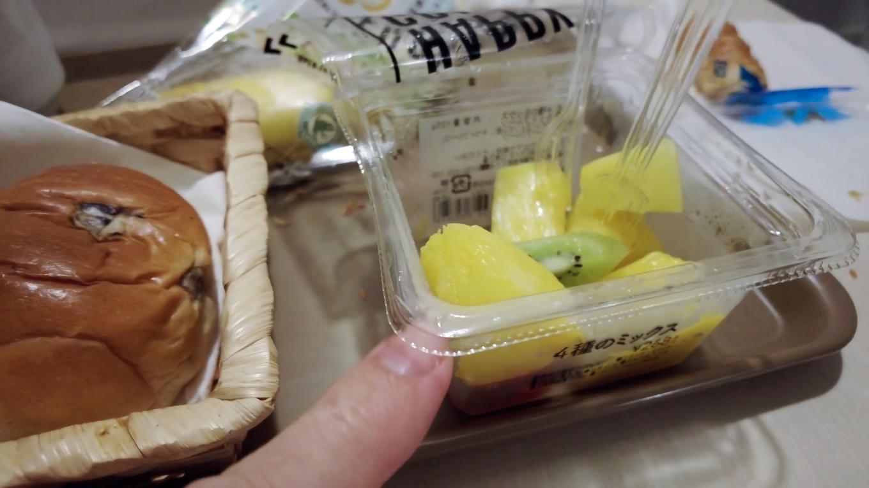 それとローソンで買ってきたフルーツで朝食