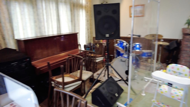 コンサートができるようにドラムセットやピアノが置かれている