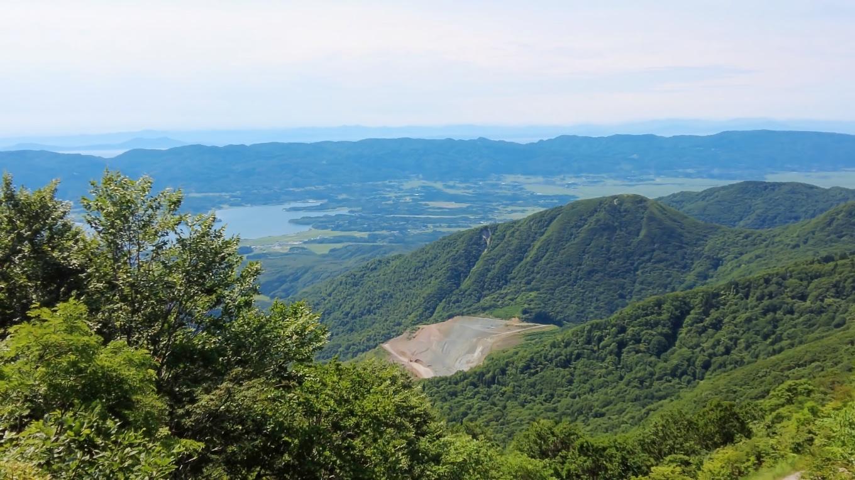 加茂湖の方を見ると 採石場がある