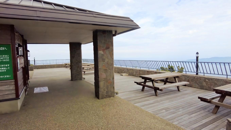 ファサードにはベンチが置かれ この景色を楽しみながら休憩することができる