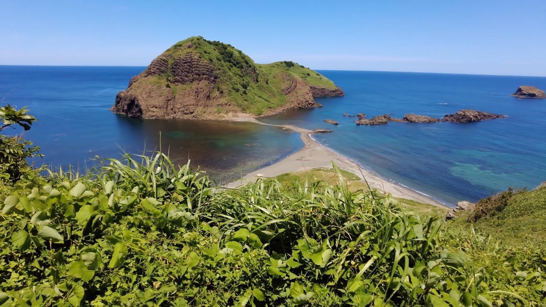 島に続く砂嘴が見える