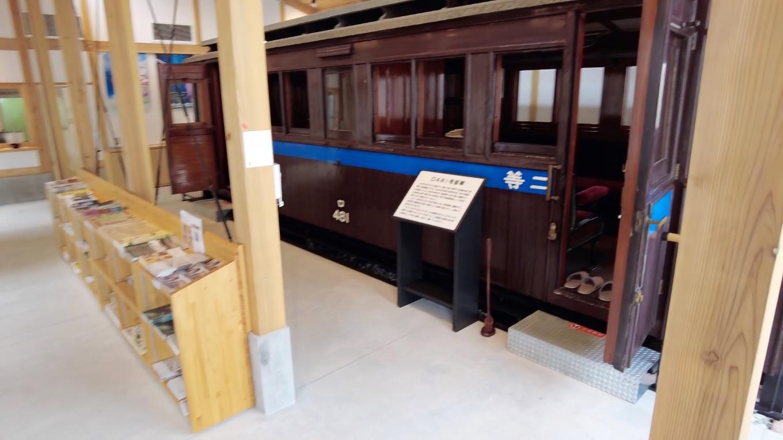 日本で唯一現存する木製の客車を展示している