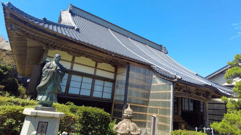 とても大きな屋根が印象的