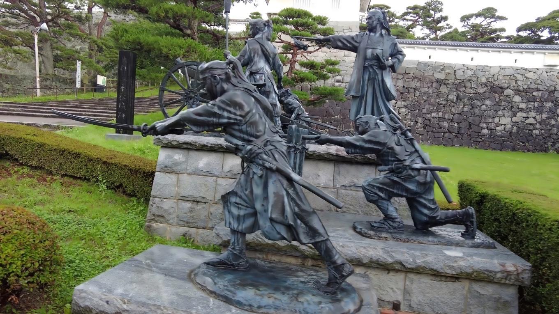 二本松少年隊の銅像が建っている