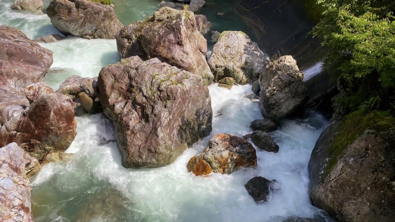 橋から中津川を見ると 台風14号の豪雨で水量が恐ろしく増水していた