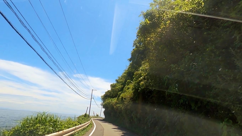 佐渡島の海岸線を走る