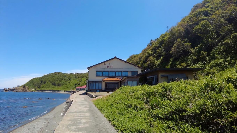 海岸沿いには 旅館がある