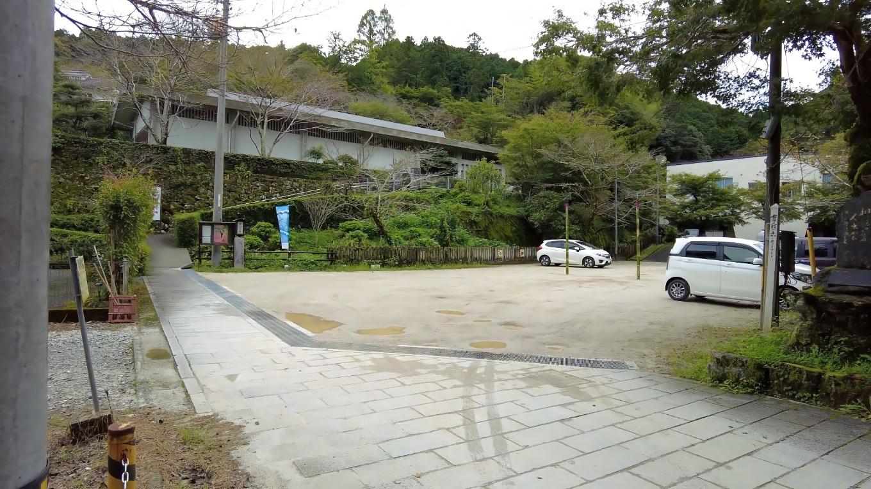 舗装されていないが 駐車場も整備されている