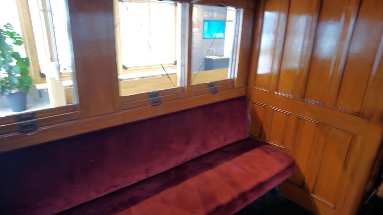 二等客車だが現在のグリーン車に相当するらしく なかなか豪華だ