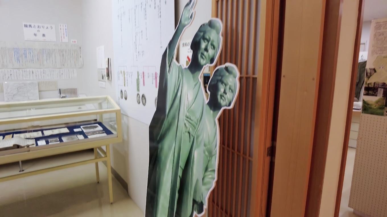 入り口を入ると 坂本龍馬の妻 お龍 の銅像の等身大パネルがあった