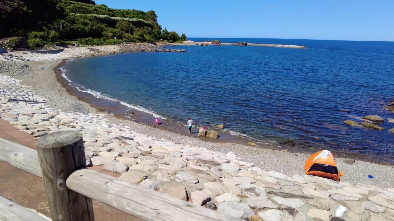 ビーチには釣りをしている家族連れがいた