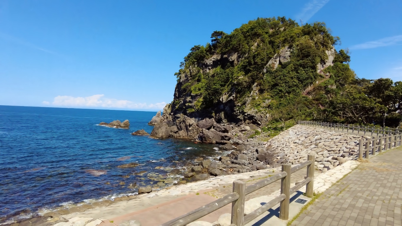 きれいな海の先に 観音岩がそびえる
